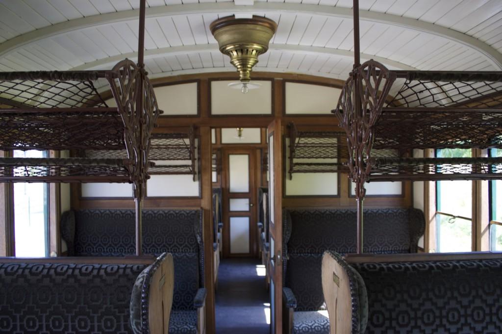 Innenraum eines 1.-Klasse-Wagens des Train 1900