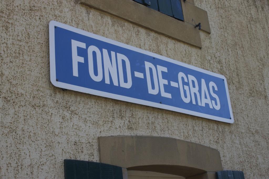 Stationsschild des Bahnhofs Fond-de-Gras