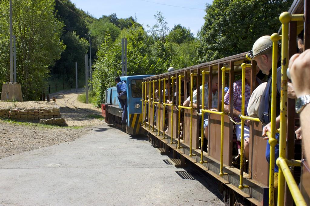 Zug der Minièresbunn mit Diesellok bei Fond-de-Gras