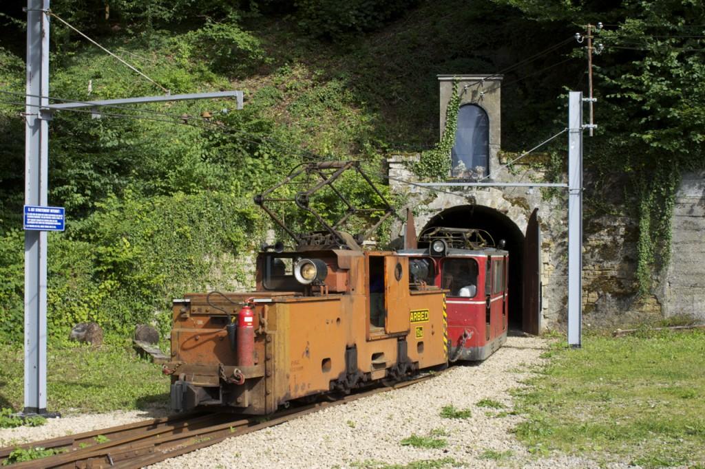 Ein Zug fährt aus dem Stollen nach Lasauvage Bergwerk