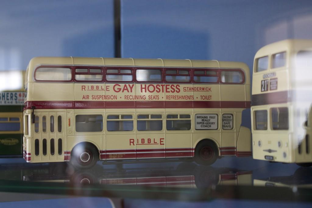"Modellbus mit ""Gay Hostess"""