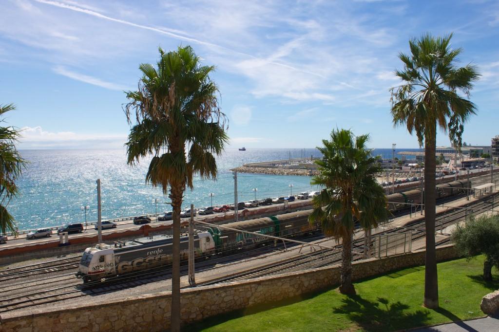Güterzug bei der Ausfahrt aus Tarragona Richtung Barcelona