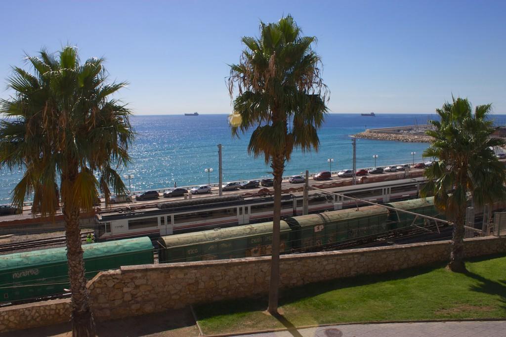 RENFE Baureihe 470 und Güterzug bei der Ausfahrt aus Tarragona