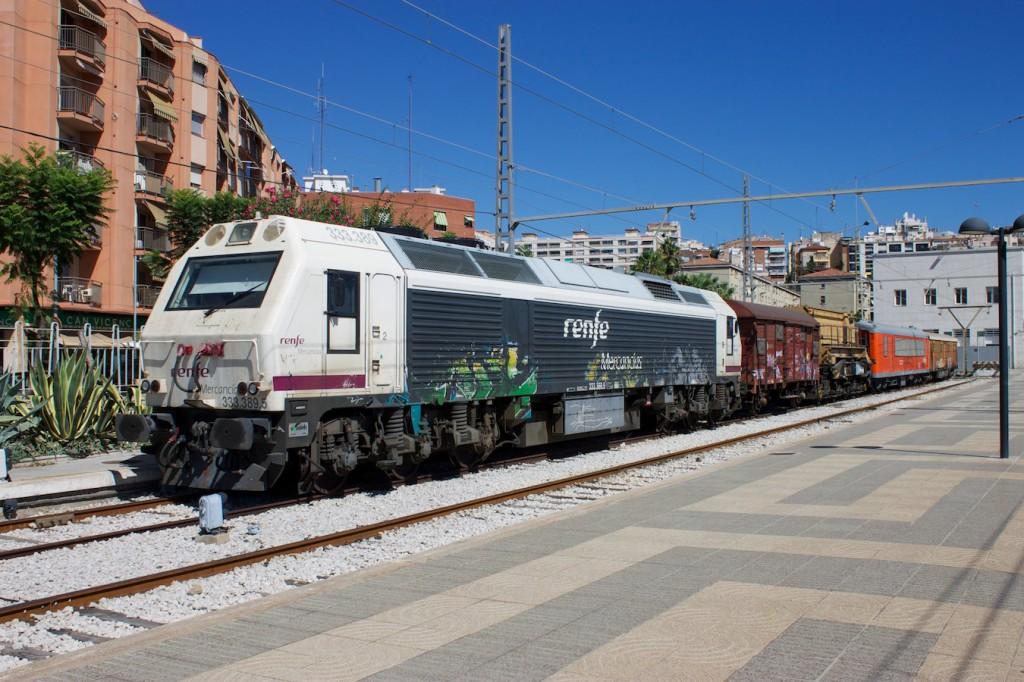 RENFE Baureihe 333 mit Hilfszug in Tarragona