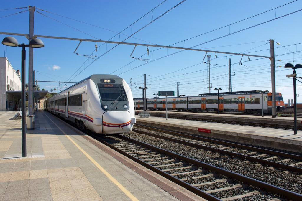 RENFE Baureihe 449, im Hintergrund Rodalies-Triebwagen