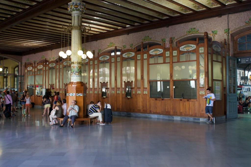 Schalterhalle im Bahnhof Valencia Nord