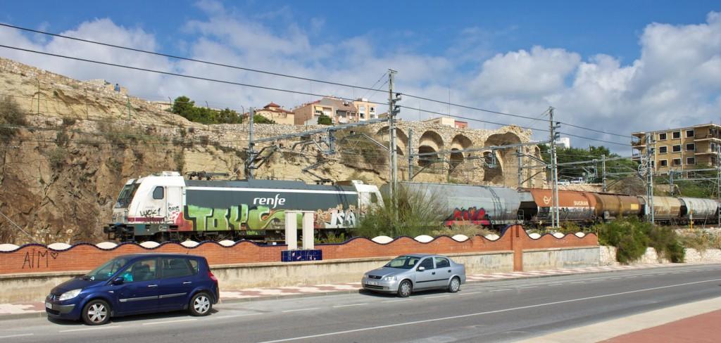 RENFE 253 mit Kesselwagen vor dem Amphitheater in Tarragona