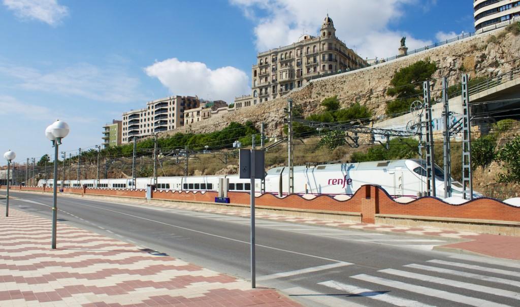 Triebzug der RENFE-Baureihe 130 bei der Ausfahrt aus Tarragona