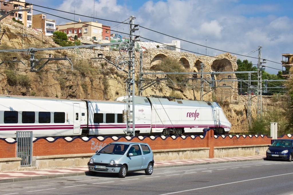 RENFE Baureihe 130 vor dem Amphitheater in Tarragona