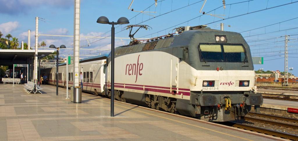 RENFE Baureihe 252 mit Talgo-Zug in Tarragona