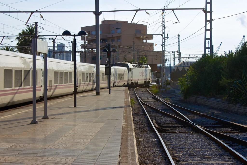 Talgo-Zug bei der Ausfahrt aus Tarragona