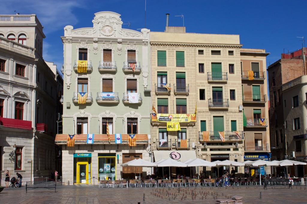 Flaggen der katalanischen Unabhängigkeitsbefürworter am Mercadal in Reus