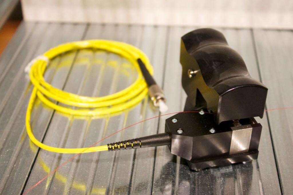 """Biegekoppler zum Ableiten von Informationen aus einer Glasfaser in der Ausstellung """"Außer Kontrolle"""" im Museum für Kommunikation, Frankfurt"""