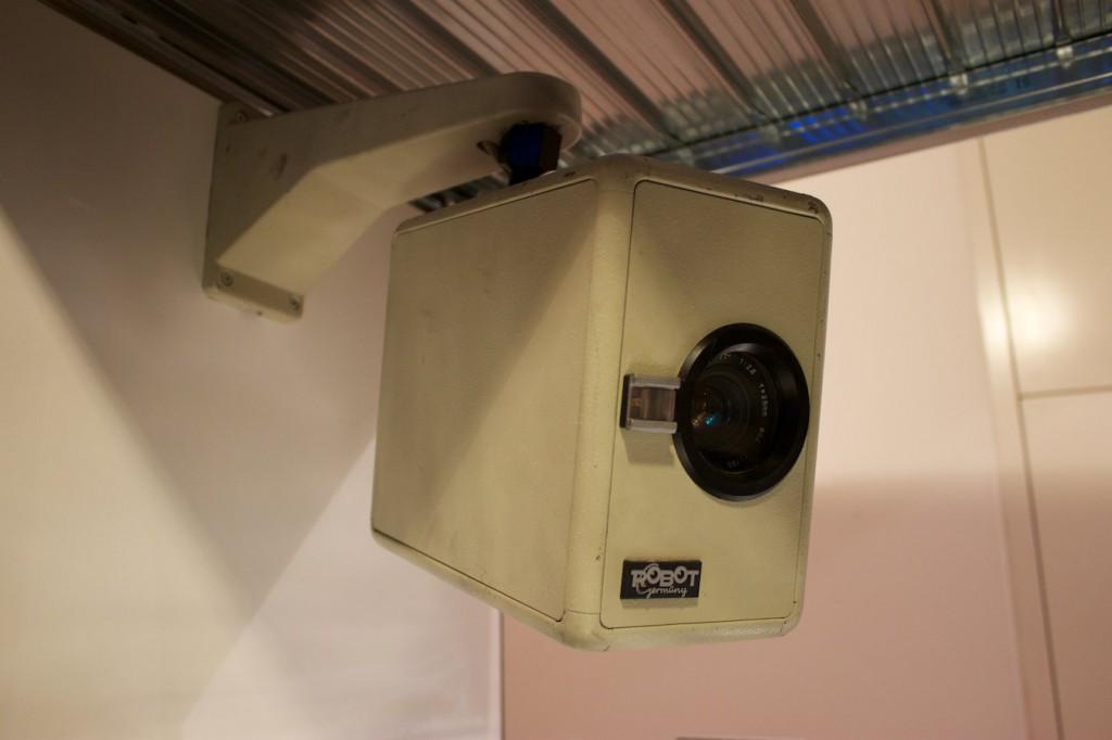 """Überwachungskamera in der Ausstellung """"Außer Kontrolle"""" im Museum für Kommunikation, Frankfurt"""