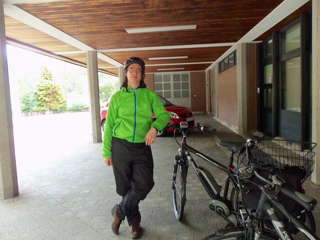 Andreas mit E-Bike (am Bahnhof Triberg)