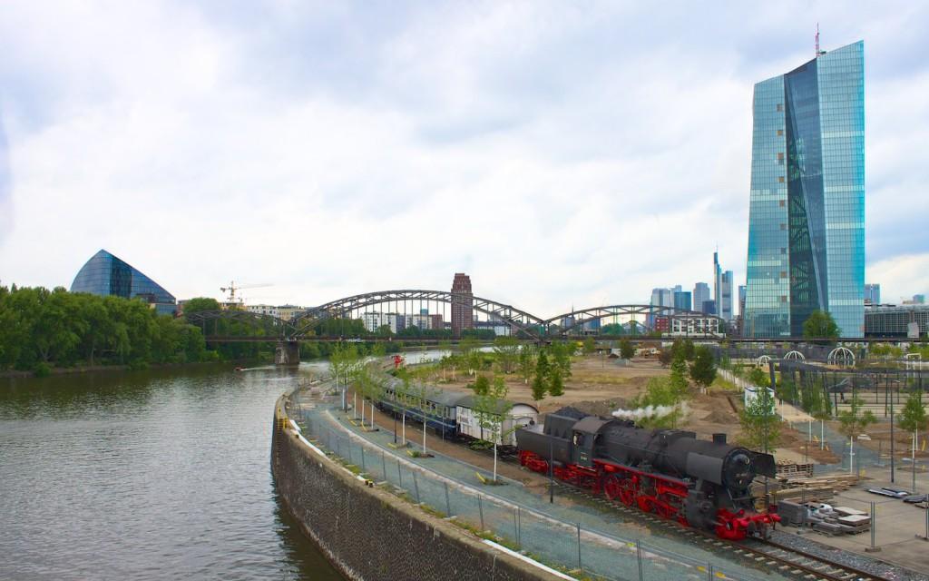 Zug der Historischen Eisenbahn Frankfurt bei der neuen EZB