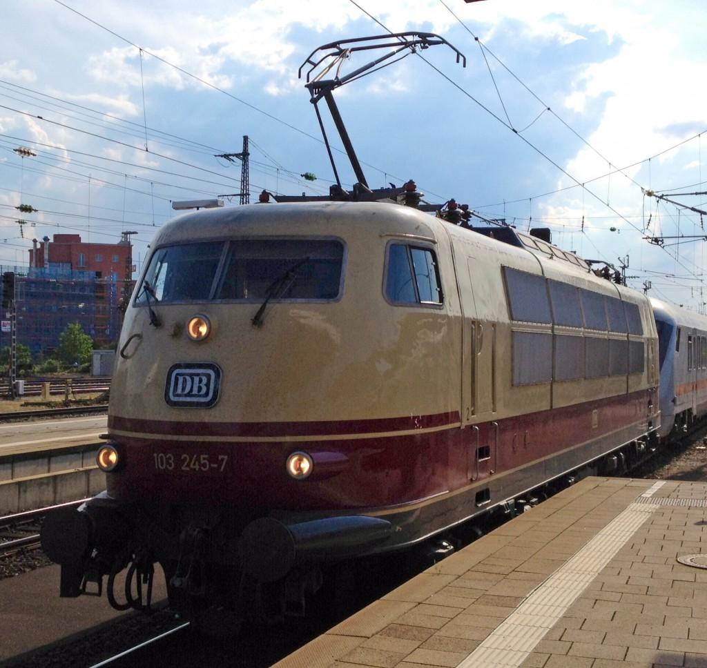 103 245 bei der Einfahrt in den Nürnberger Hbf.