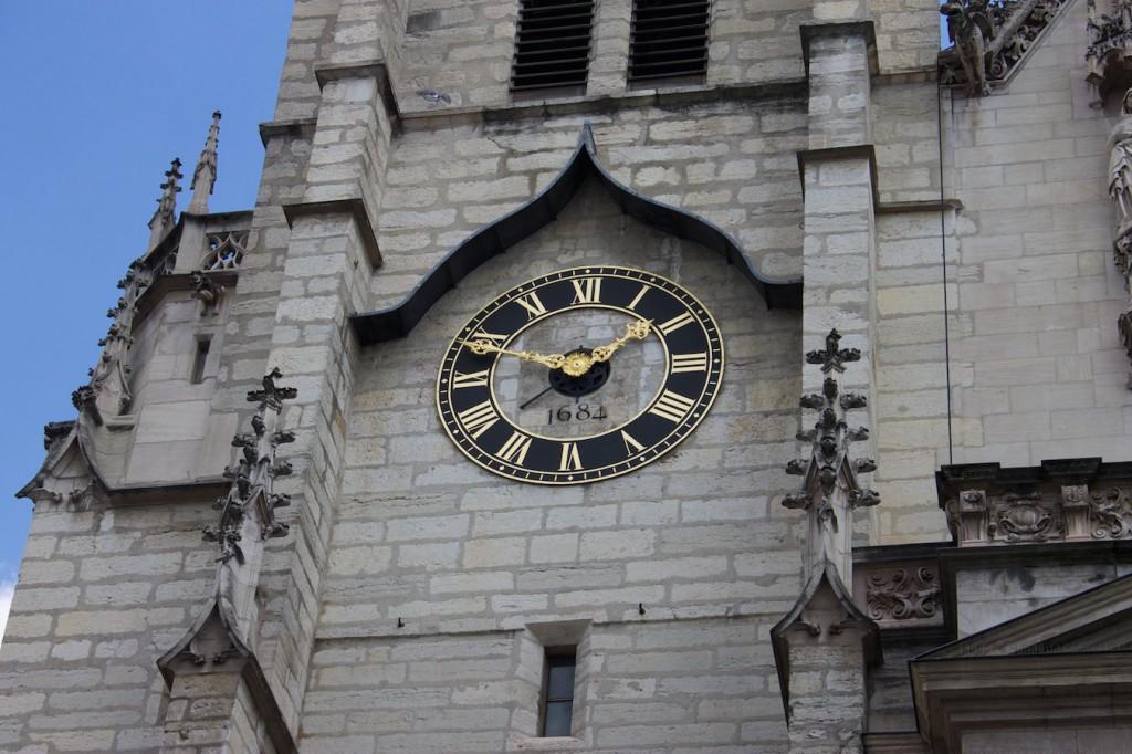 Die Uhr von Saint Nizier zeigt 13:49 Uhr.