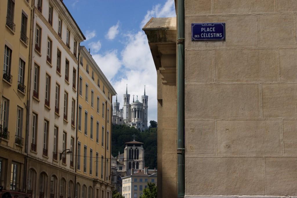 Blick auf die Basilika Notre-Dame de Fourvière vom Place des Célestins
