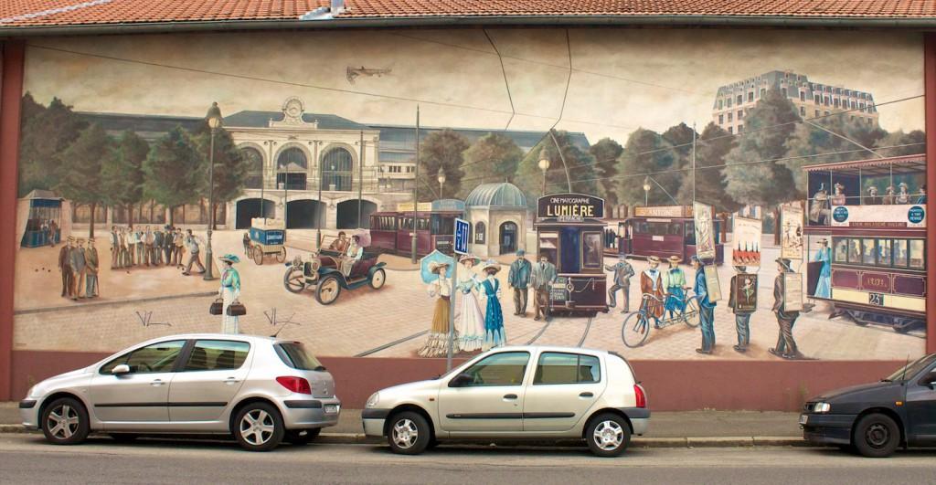 Voyage dans la Ville mit Straßenbahnwerbung für Lumière
