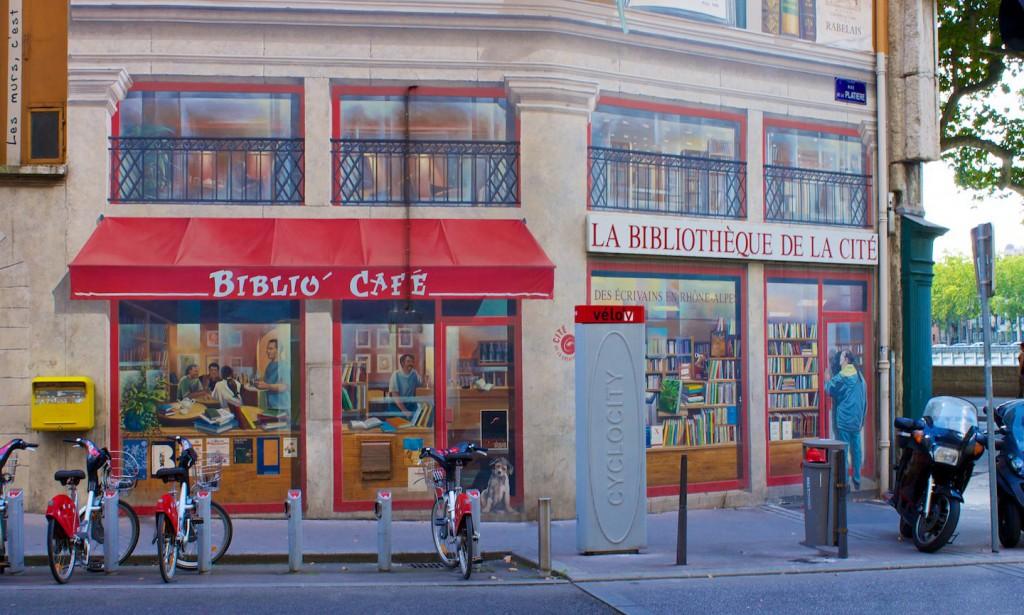 La Bibliothèque de la Cité – Biblio-Café und Eingang zur Bibliothek