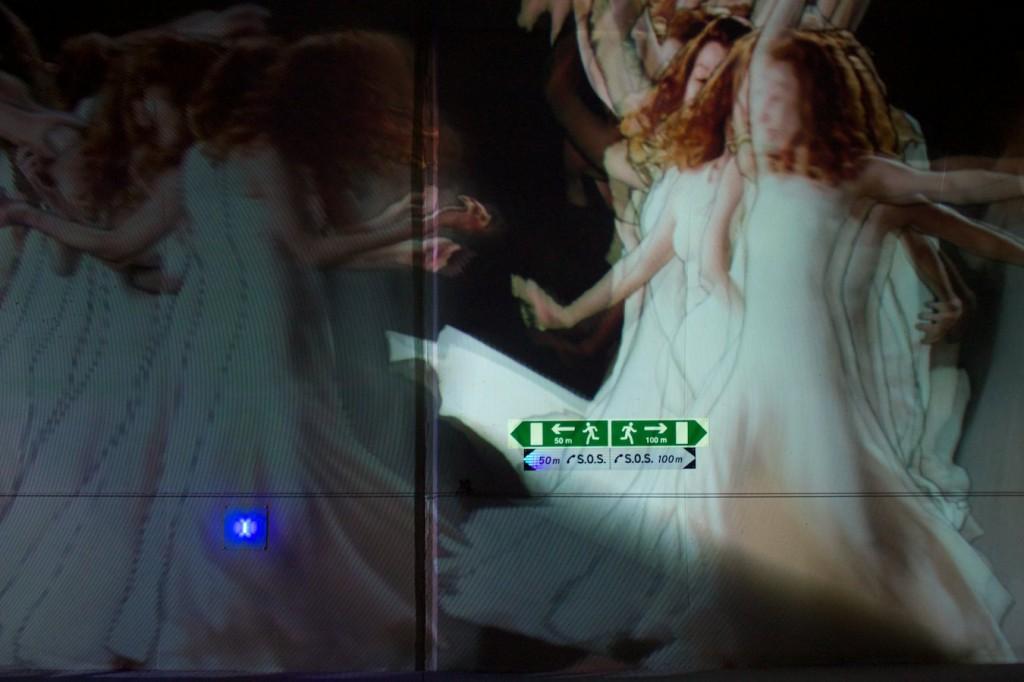 Tanzende Frauen im Tunnel