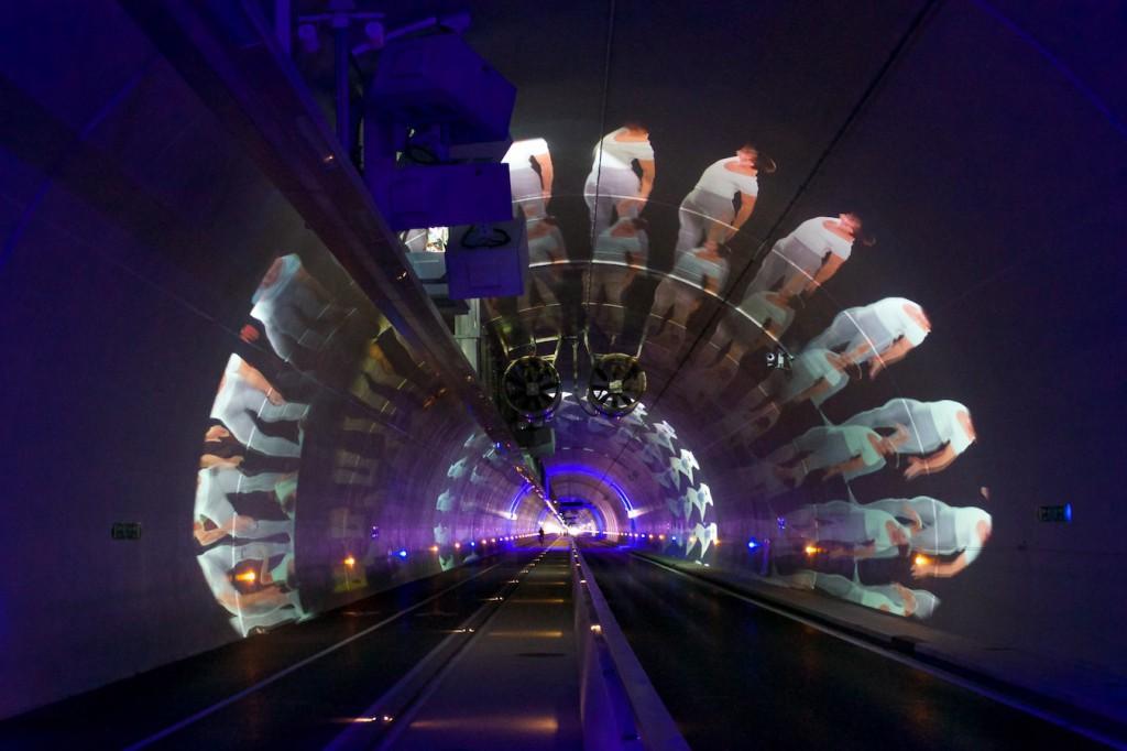Tanzende Männer im Tunnel