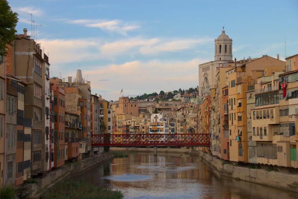 Stadtbild mit Fluss Onyar