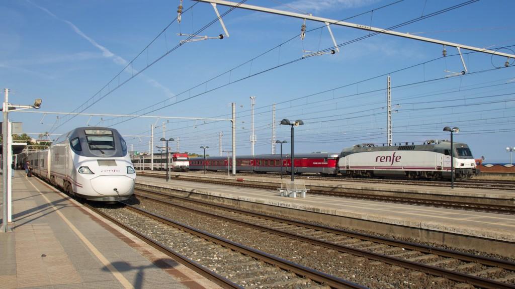 Alvia Baureihe 130 (links) und Talgo III RD (rechts)