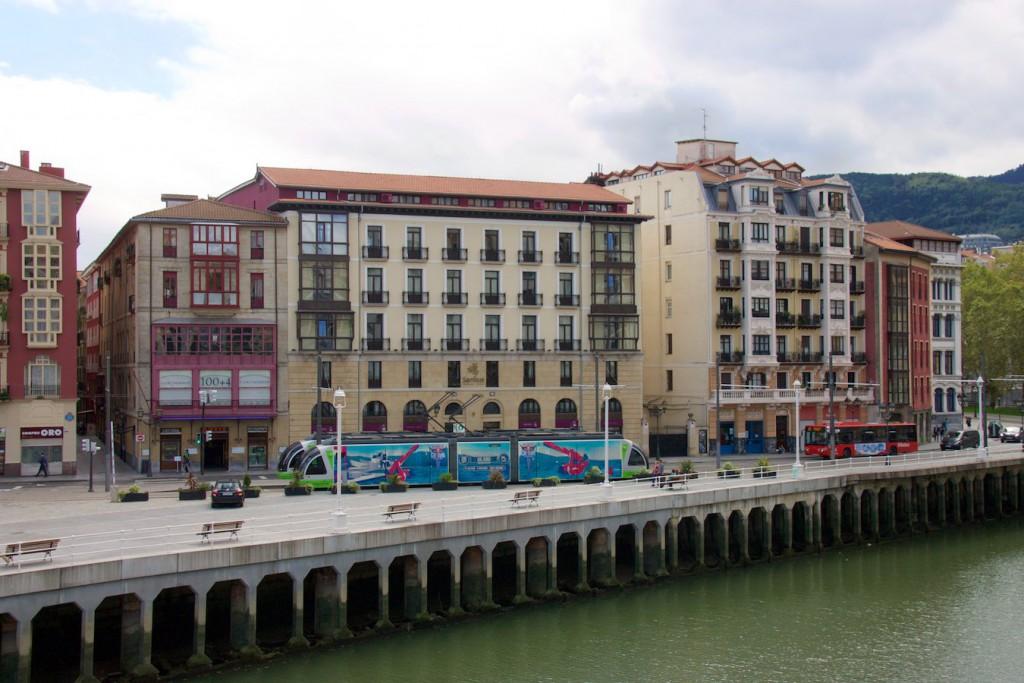 Zwei Straßenbahnen in Bilbao an der Haltestelle Arriaga