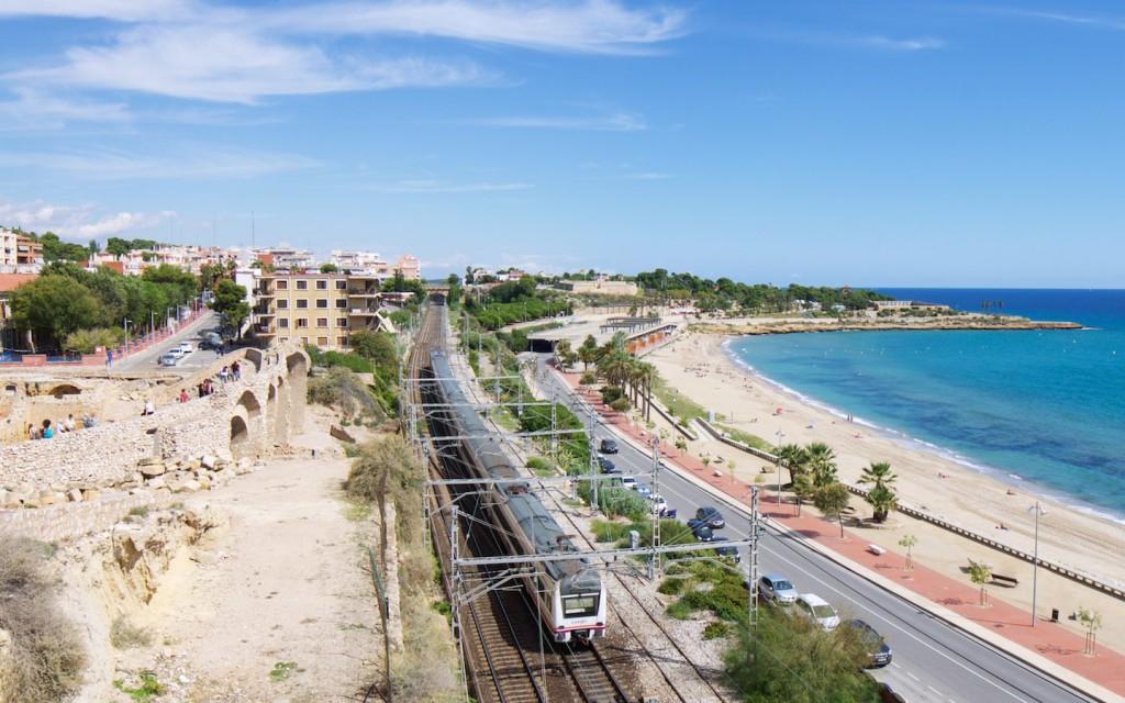 RENFE Baureihe 470 zwischen Amphittheater und Mittelmeer
