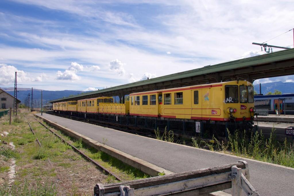 El tren groc im Bahnhof La Tour de Carol
