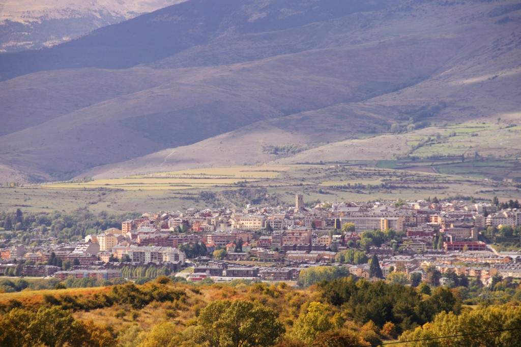 Blick auf Puigcerdà aus dem gelben Zug