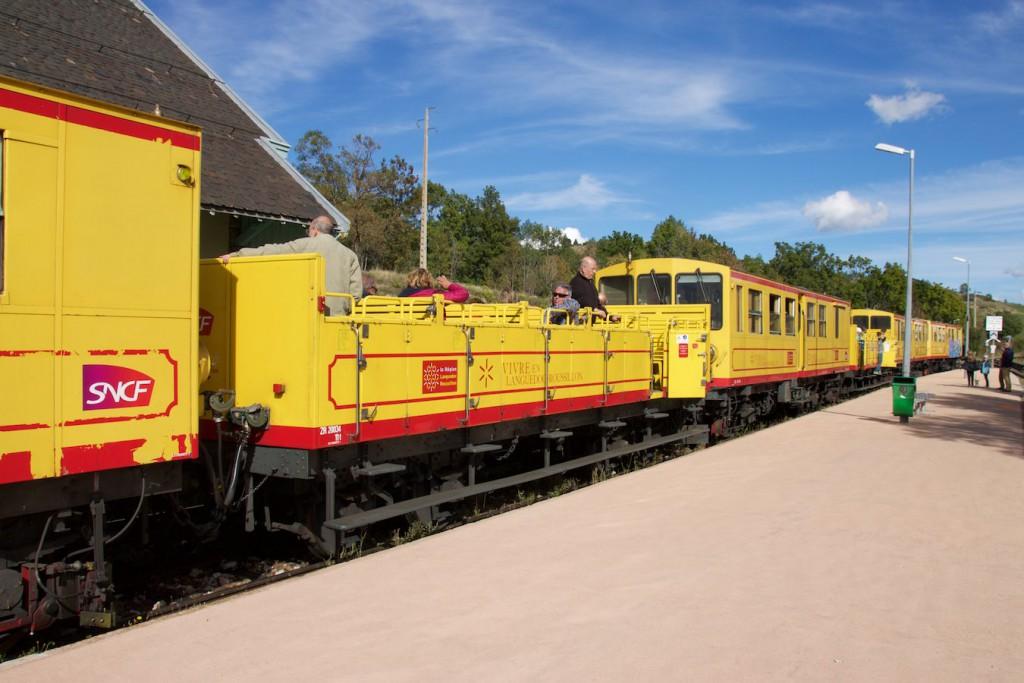 Der gelbe Zug mit offenem Aussichtswagen