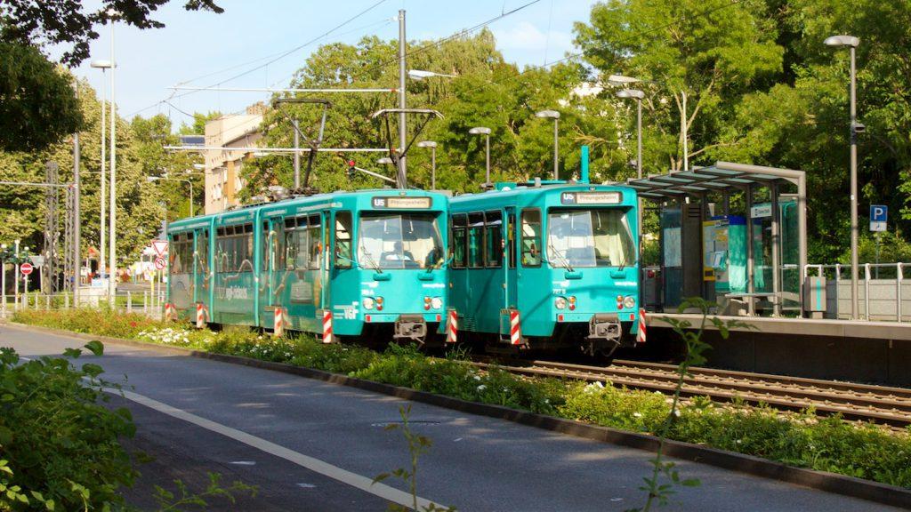 Zwei Ptb-Wagen der U5 an der Haltestelle Gießener Straße
