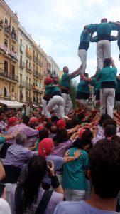 Anke und andere Joves helfen bei der Colla Castellera Sant Pere i Sant Pau in der Pinya