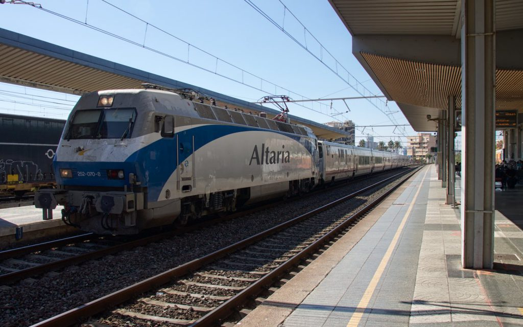 RENFE 252 in Altaria-Lackierung im Bahnhof Tarragona