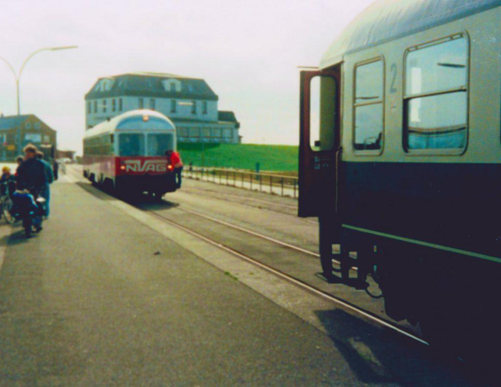 NVAG-Triebwagen rangiert an der Mole an den Kurswagen