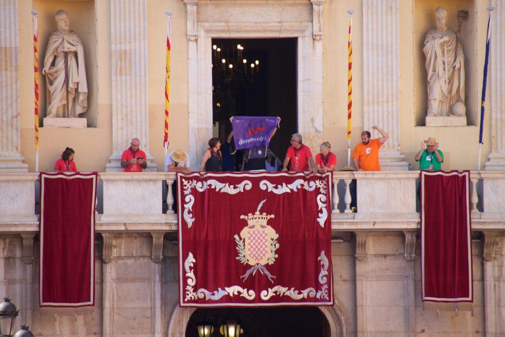 Begoña Floria, Ballesteros und das Demoncràcia-Banner