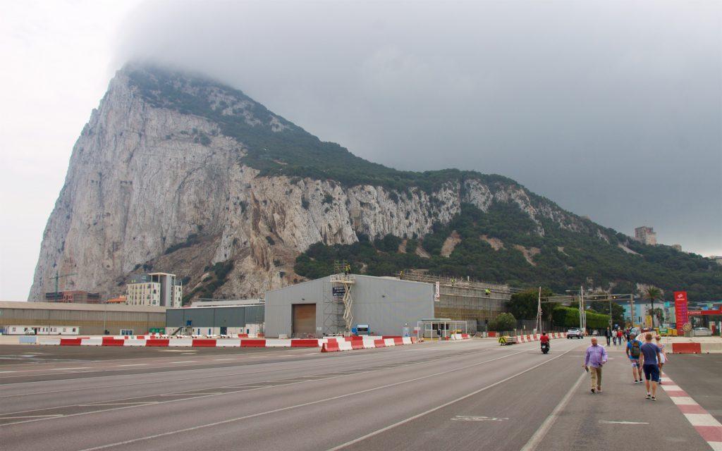Felsen von Gibraltar von der Landebahn aus gesehen