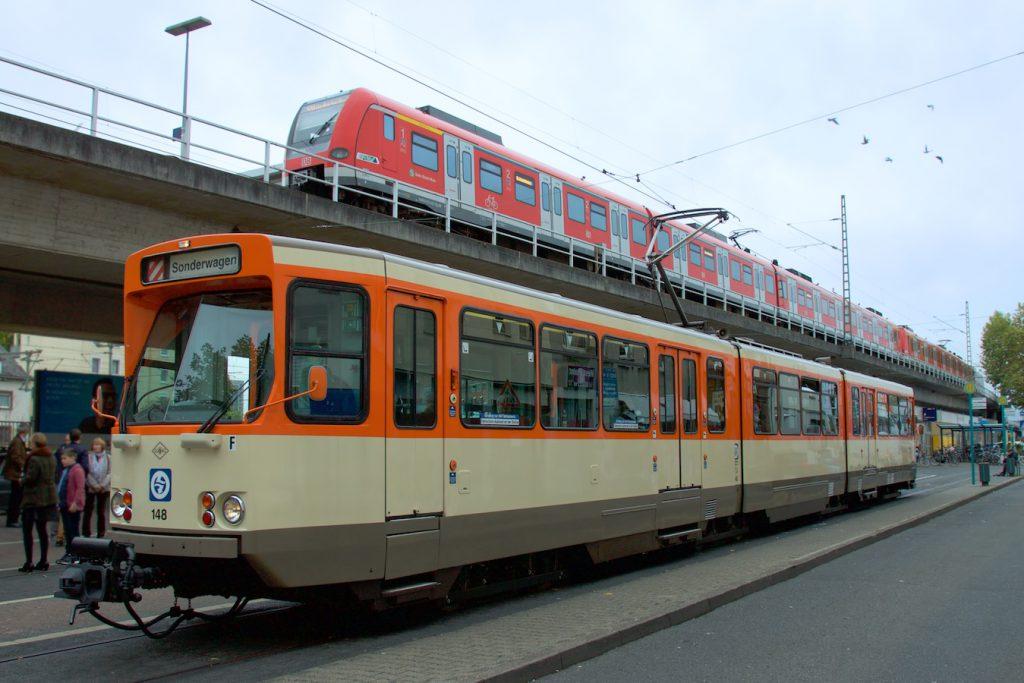 Pt-Wagen und S-Bahn am Westbahnhof