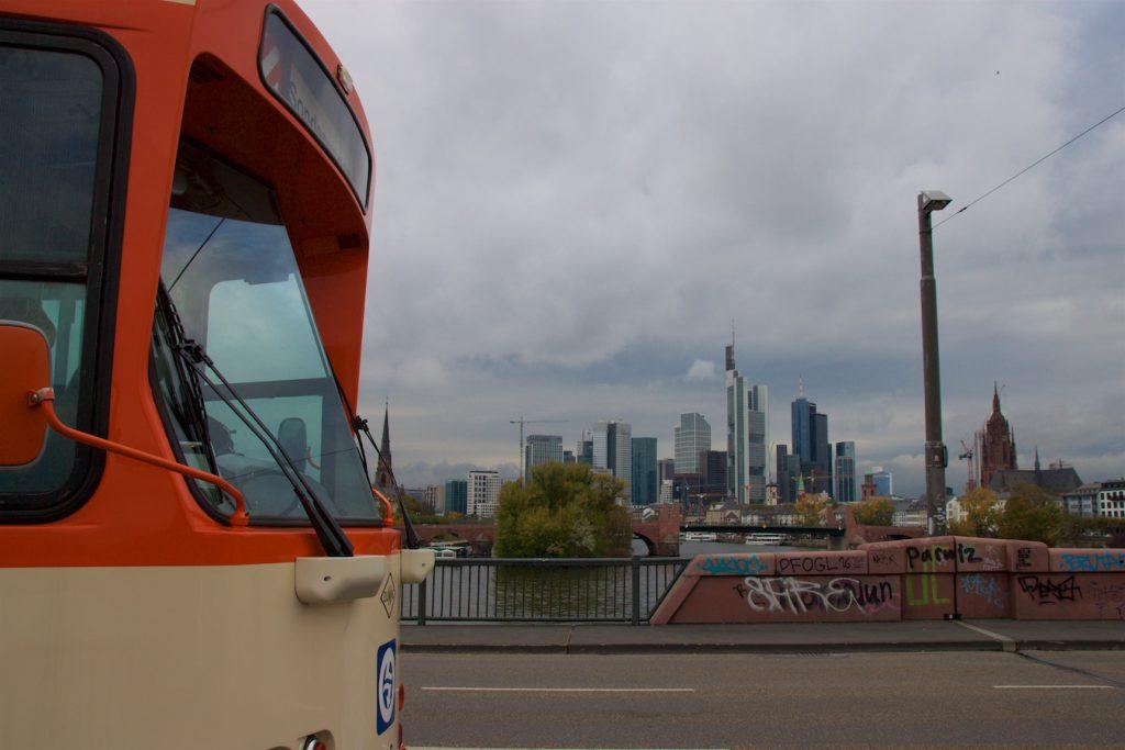 Pt-Wagen vor der Skyline