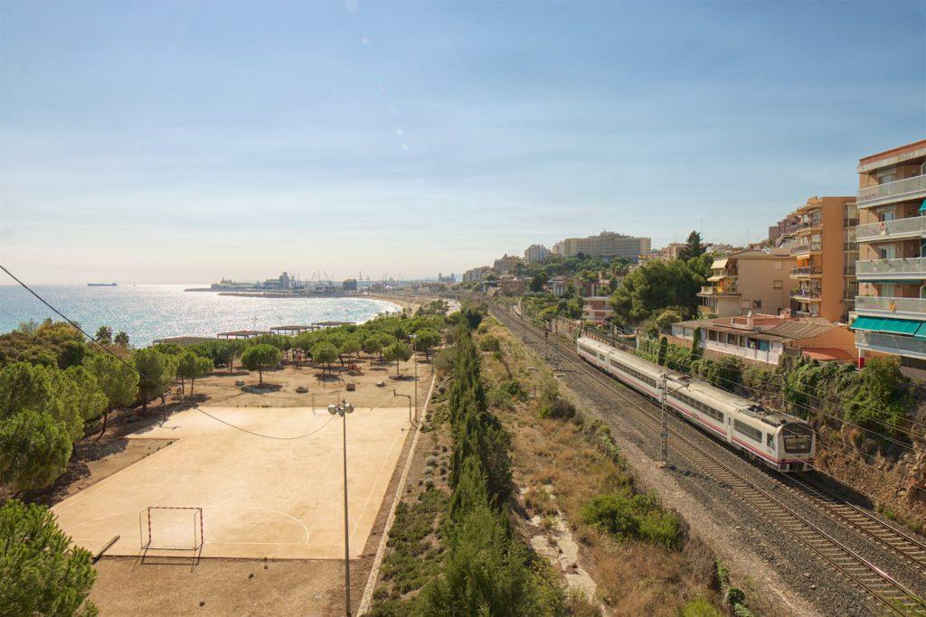Zug der Baureihe 448 kurz vor Tarragona