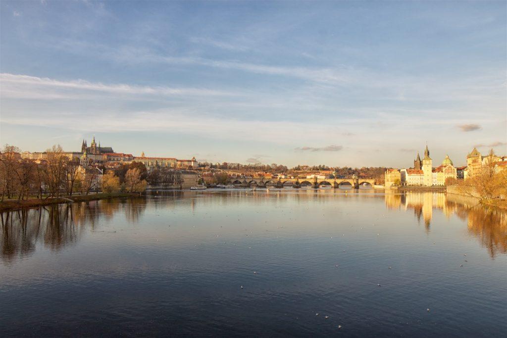 Prager Burg und Karlsbrücke über die Moldau