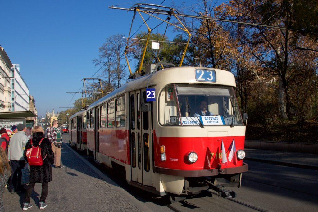 Zug der Linie 23 am Karlsplatz