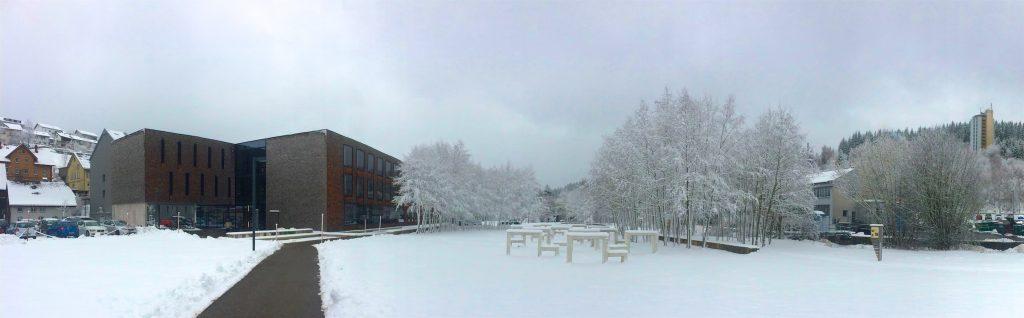 Das I-Gebäude der Hochschule Furtwangen im Winter, rechts hinten ein Turm des GHB